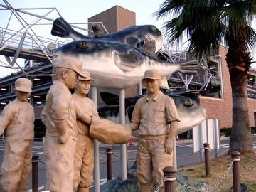 河豚競(ブグセリ)の像