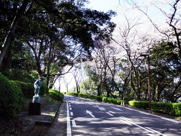 北九州美術館/桜を見上げる少女の像