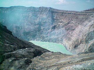 熊本県・阿蘇方面( 阿蘇五山の中岳・火山口) |