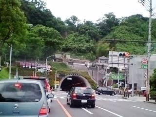 神社の下を抜ける道路