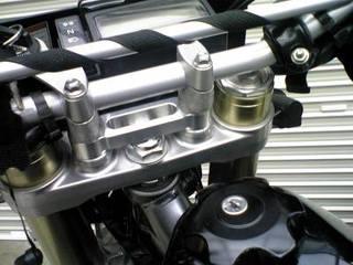 DR-Z400SM用のハンドルアップライザ-