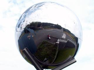 地球儀型のカーブミラー?