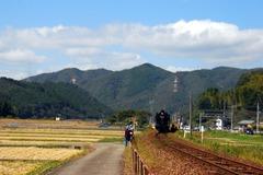 人吉街道にでると、蒸気機関車はJR渡駅で待ってくれていた。
