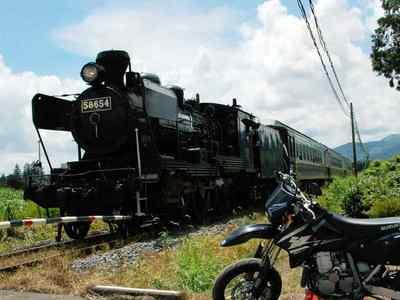 蒸気機関車をバックにDR-Z400SM