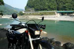 川沿いにて、DR-Z400SM