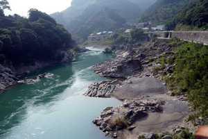 SUZUKI DR-Z400SM バイクのある風景 急流で有名な球磨川には岩がごろごろ