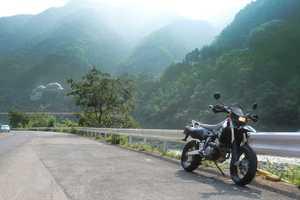 SUZUKI DR-Z400SM バイクのある風景 球泉洞やエジソン館が対岸に見える