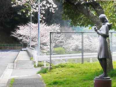 桜と少女の像